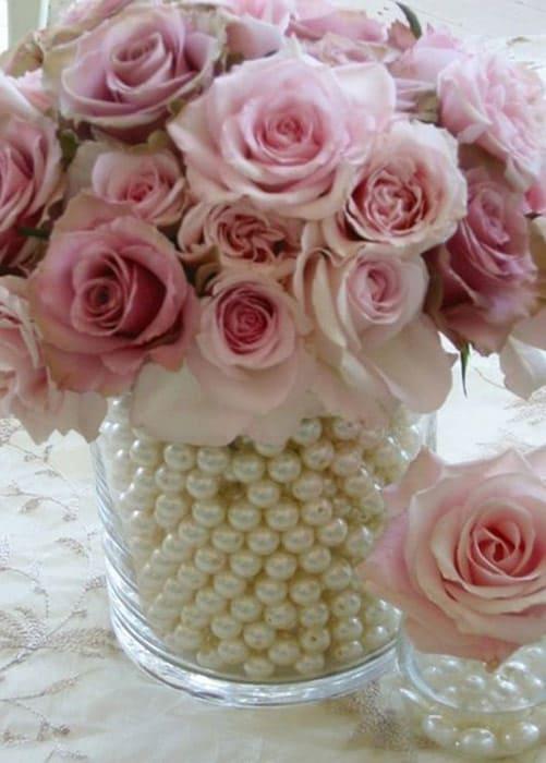 Anordnung der Rosen im Topf mit Perlen