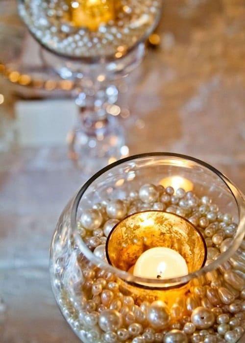 Kerzenhalter mit Perlen und Kerzen