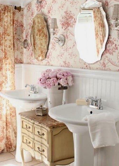 Badezimmer im Vintage-Stil mit Blumentapete und Bisotê-Spiegeln